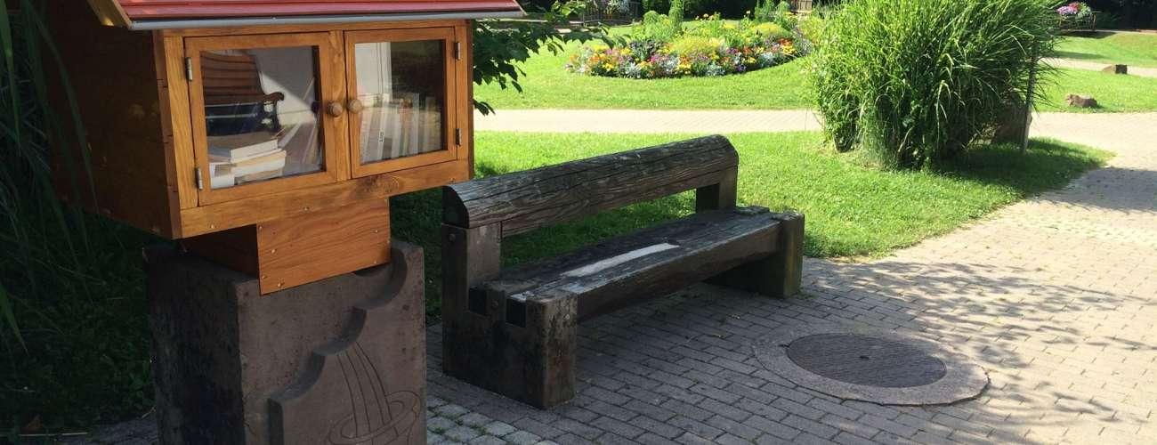 Bibliothèque en plein air : prend un livre, donne un livre!